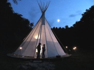 Initiativpark Tipi bei Nacht