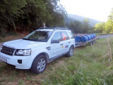 Land Rover mit Ladung Floß